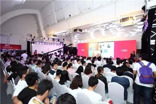 百名学员参加颁奖典礼.jpg