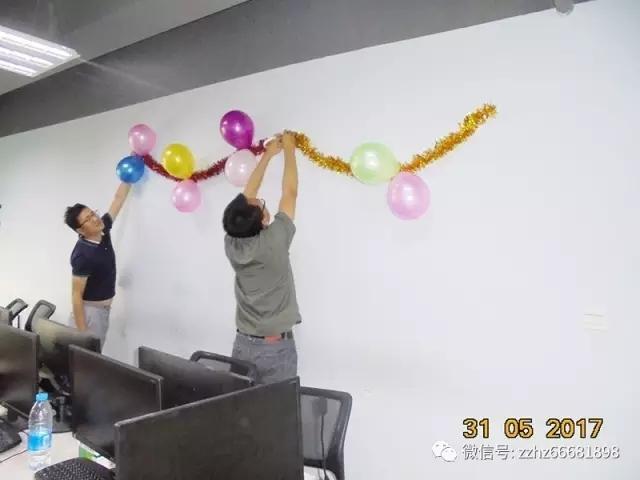 皇冠现金郑州软件校区老师们加班布置教室,准备给学生们一个六一惊喜.jpg
