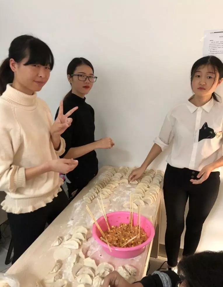 汇众教育广州校区65班师生一起包饺子迎新年5.jpg