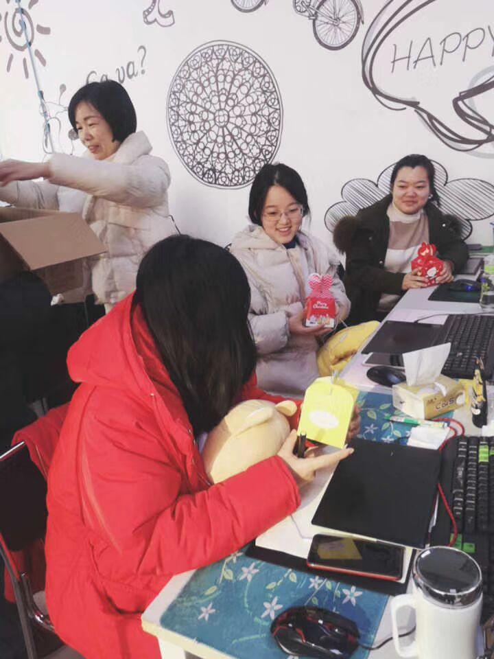 汇众教育:老师为学员准备了圣诞礼物2.jpg
