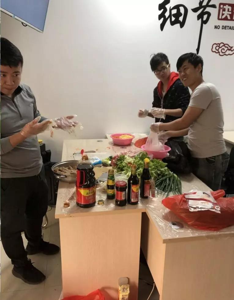 汇众教育广州校区65班师生一起包饺子迎新年3.jpg