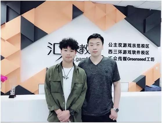 汇众教育优秀学员张亚龙与任课老师合影.jpg