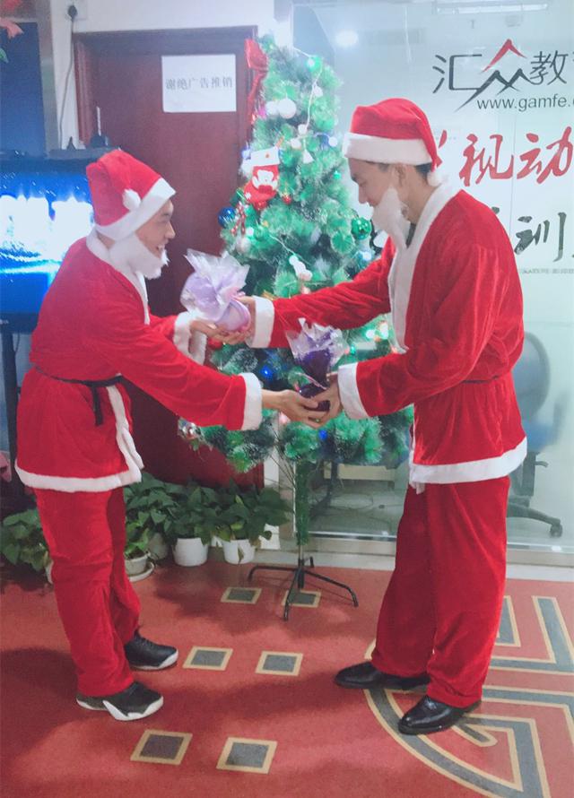 汇众教育的圣诞节:圣诞老人互送平安果.jpg