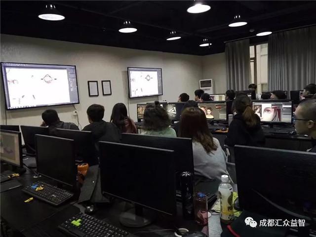 成都汇众樊经理现场进行了项目实训的分析和讲解.jpg