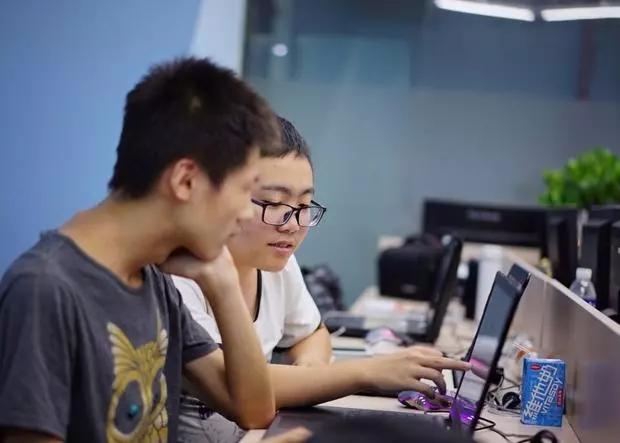 汇众教育中关村游戏校区学员在讨论专业问题.jpg