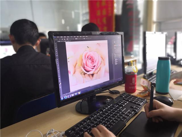 汇众教育合肥动漫游戏校区学员母亲节前为妈妈手绘美丽花朵感恩母爱1.jpg
