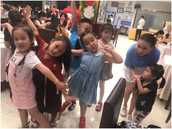 汇众教育集团2018亲子游活动 宝贝们在拍照.jpg