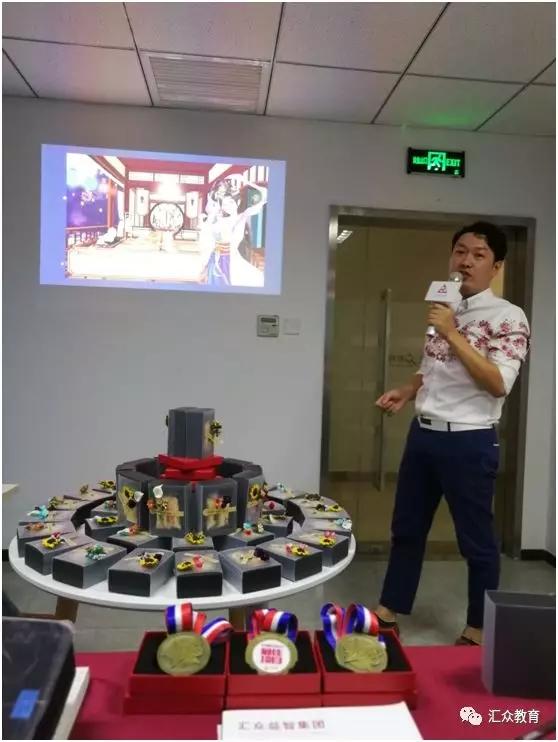 汇众教育合肥原画UI校区中秋节活动:原画A组代表在台上进行作品展示.jpg